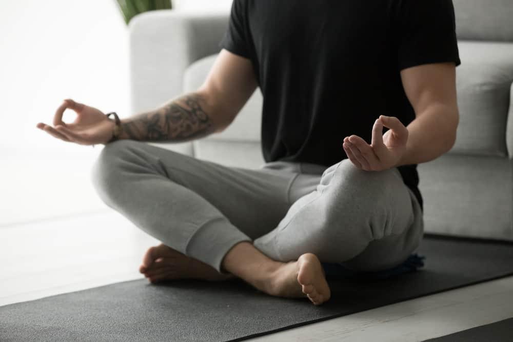Homem meditando, cuidando da saúde mental